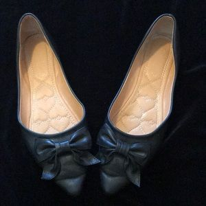 Black flat shoes with accent bowl